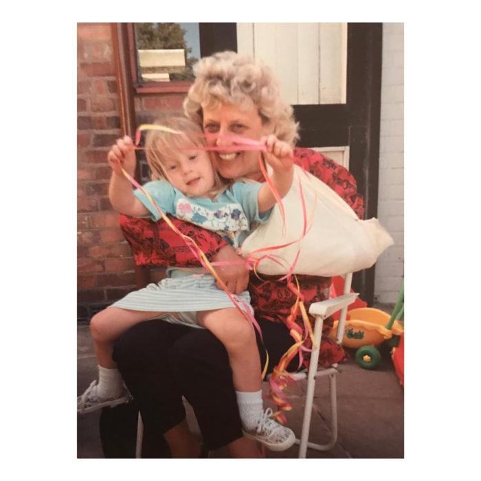 abuela con su nieto en el regazo