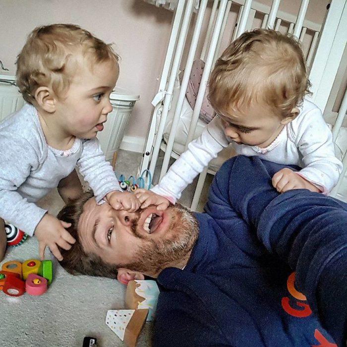 bebés jugando con sus papás