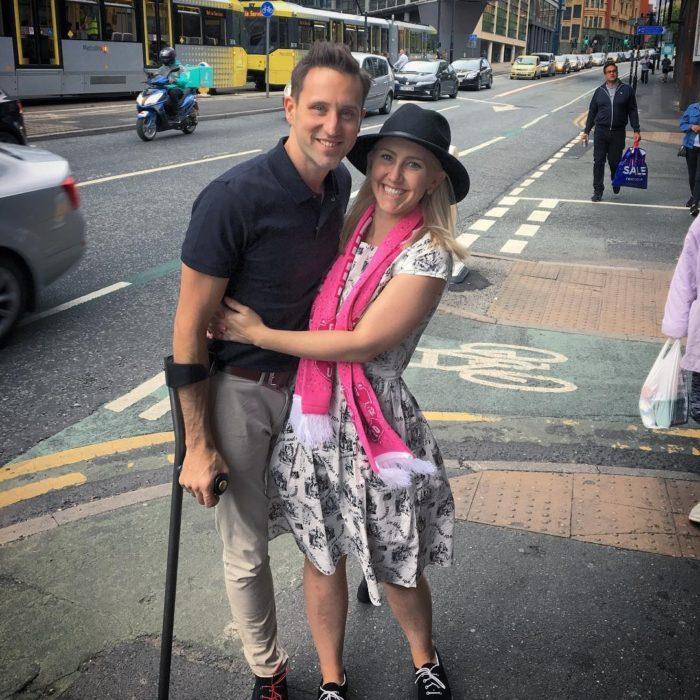 chico de una pierna con su novia