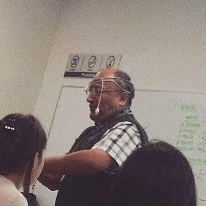 profesor con cable enredado en la cabeza