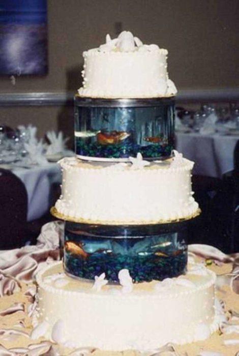 pastel de bodas con peceras