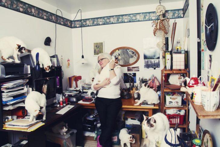 Una abuelita con sus mascotas
