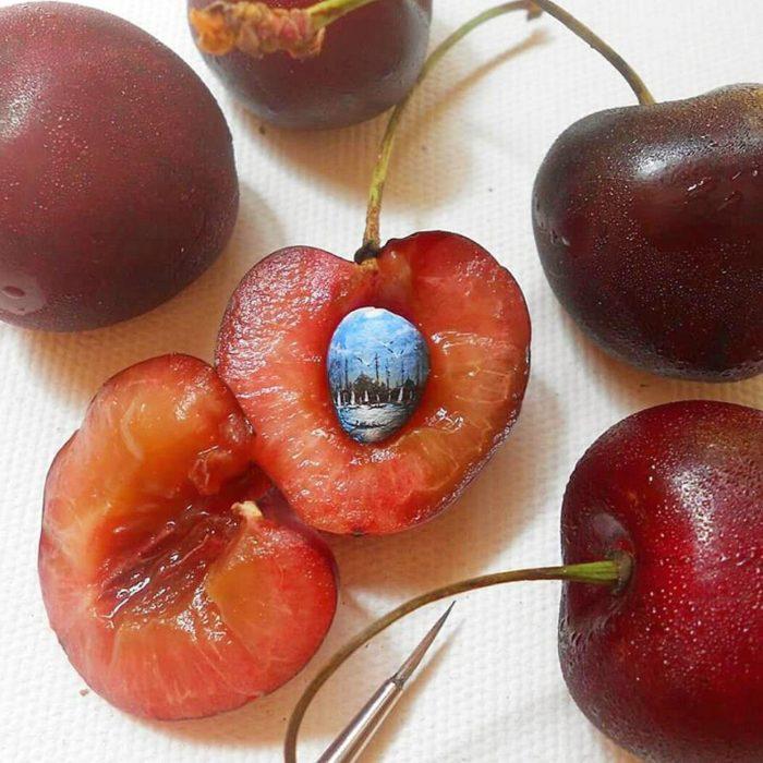 Arte en el centro de una fruta