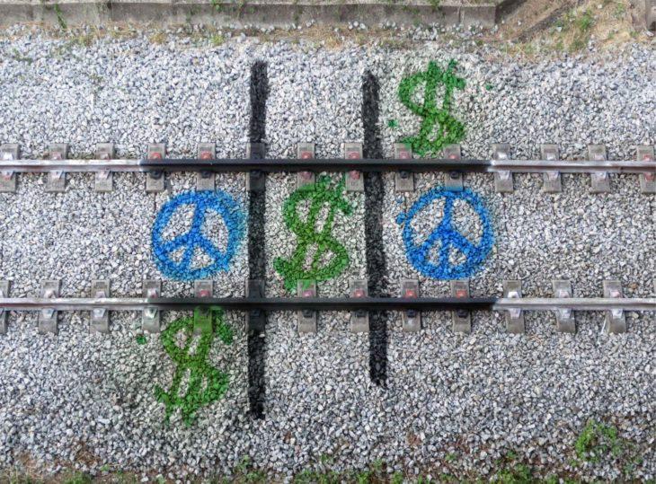 Dibujos con aerosol hechos sobre las vías del tren