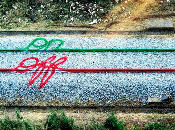 Arte con aerosol hecha en los rieles del tren