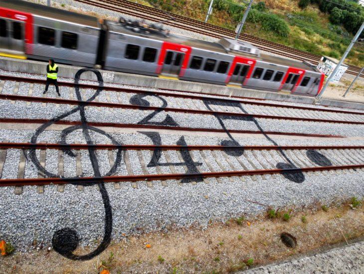 Notas musicales sobre los rieles del tren