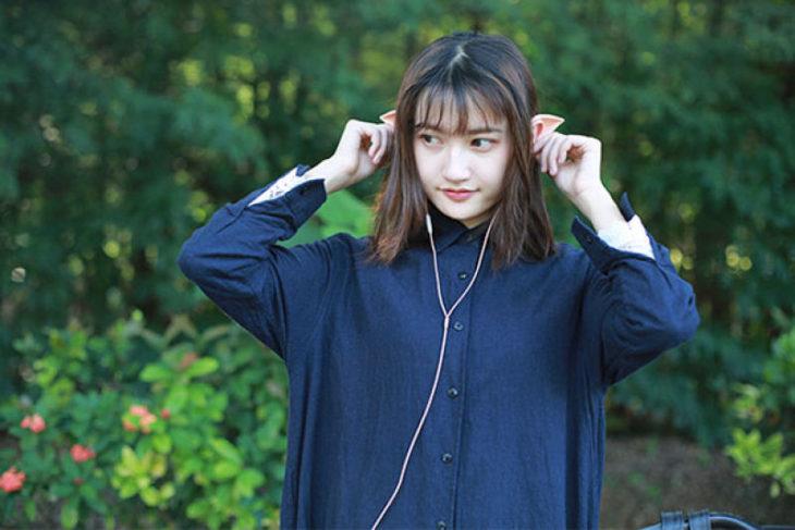 Mujer presume sus audífonos de orejas de duende