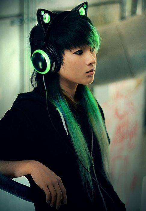 Personas con auriculares de gato color verdes