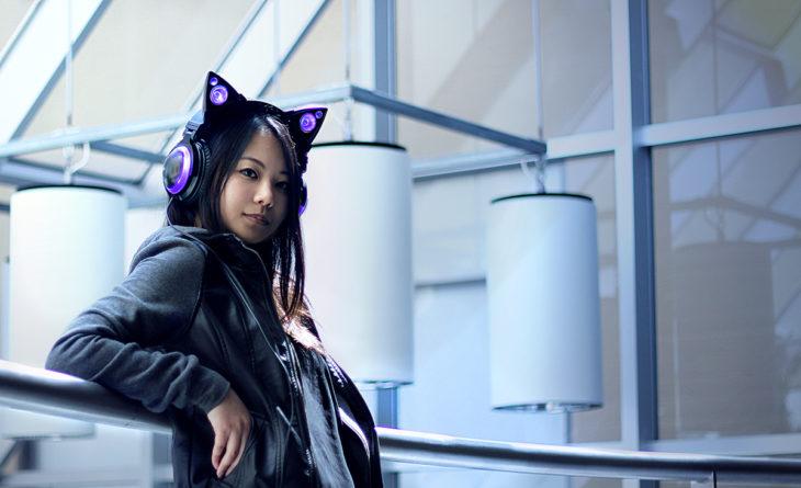 Auriculares con orejas de gato y luces moradas