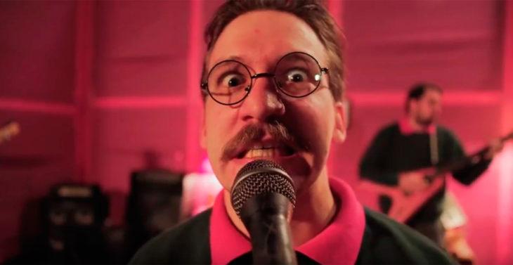 Vocalista de la banda que se inspira en Ned Flanders