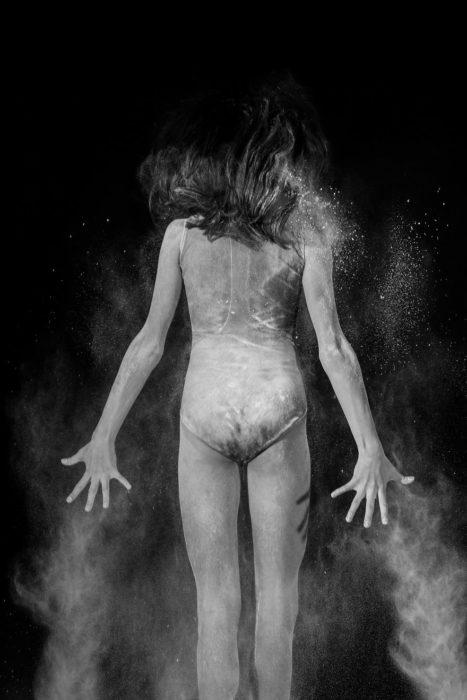 Foto chica bailarina de espalda
