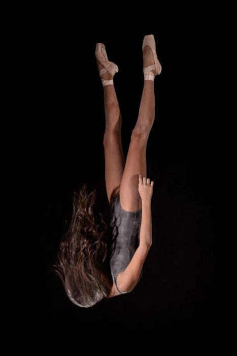 Foto bailarina de cabeza