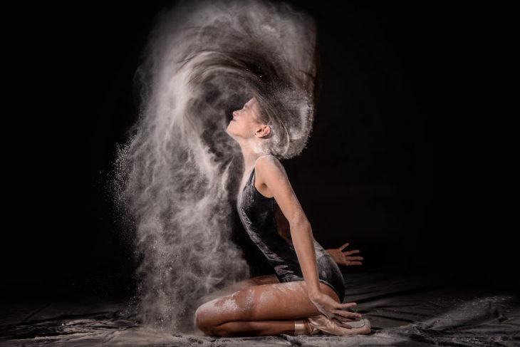 Chica con harina echándose el cabello hacia atras