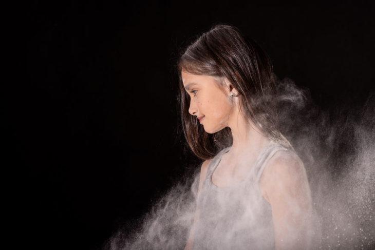 Fotos chica envuelta en polvo