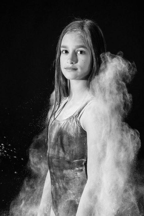 Sesión de fotos chica rodeada por neblina