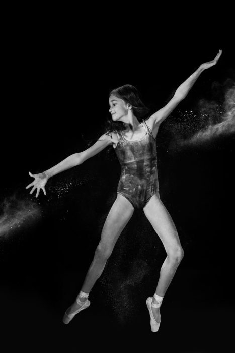 Chica bailando blanco y negro