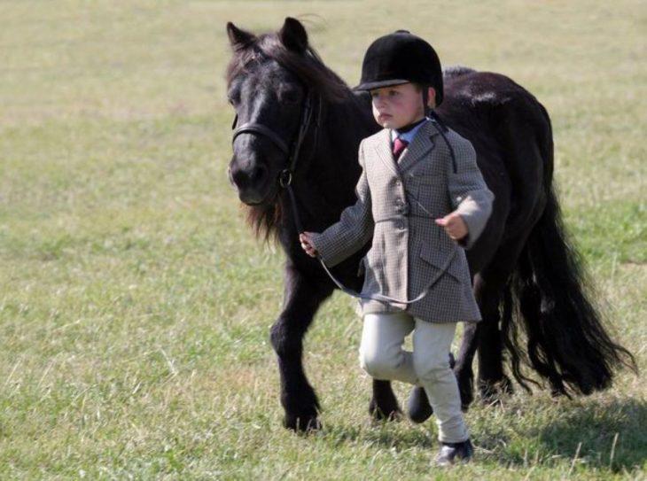 Joven jinete junto a su caballo miniatura