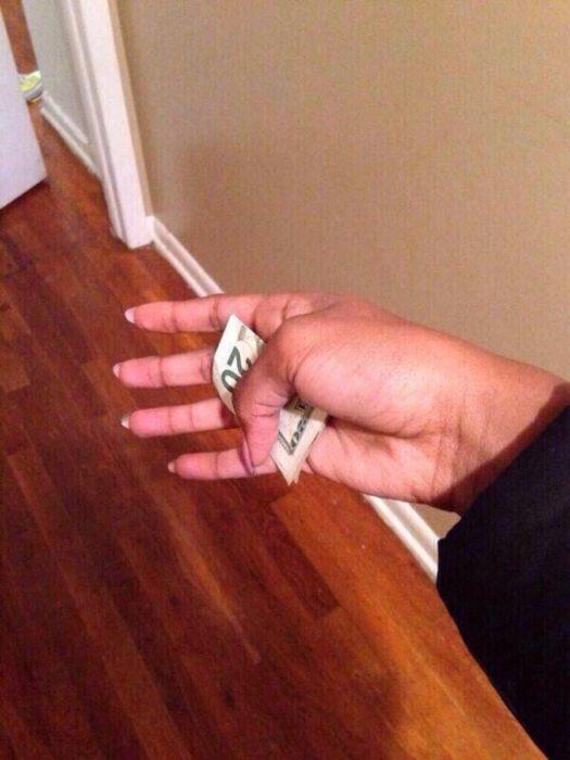 Mano llena de dinero