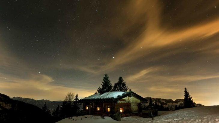 Casa con un cielo imponente detrás de ella
