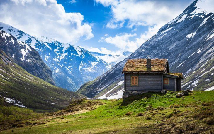 Casa que se encuentra en medio de las montañas
