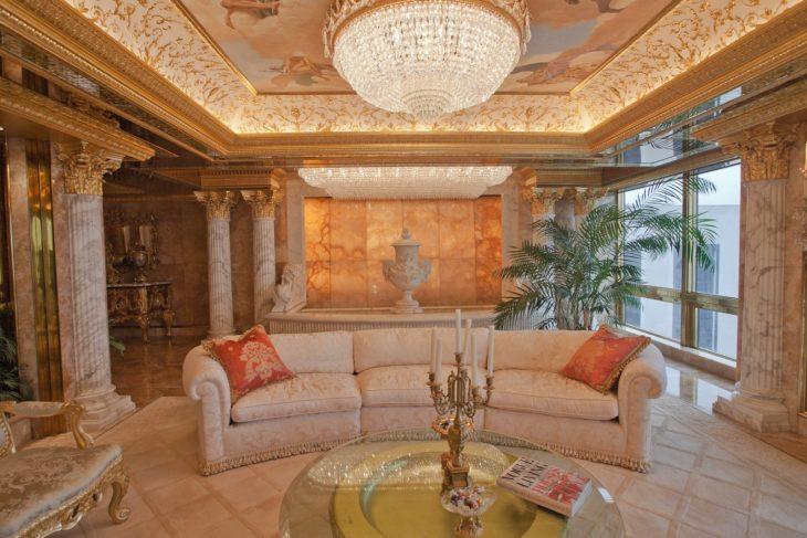 Sala con frescos en el techo