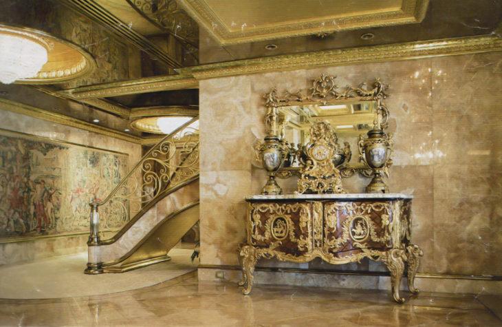 Espejo y escaleras con detalles en oro