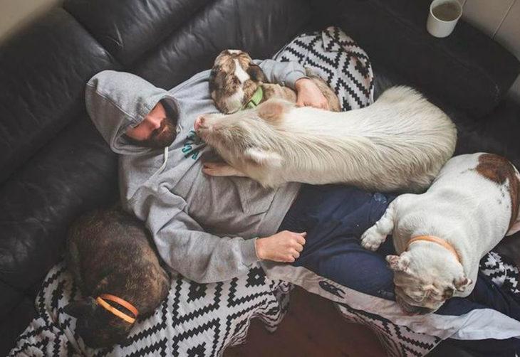Nick, el dueño de tres perros y una cerdita.