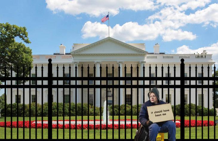 Casa Blanca Photoshop - Hillary afuera pidiendo trabajo