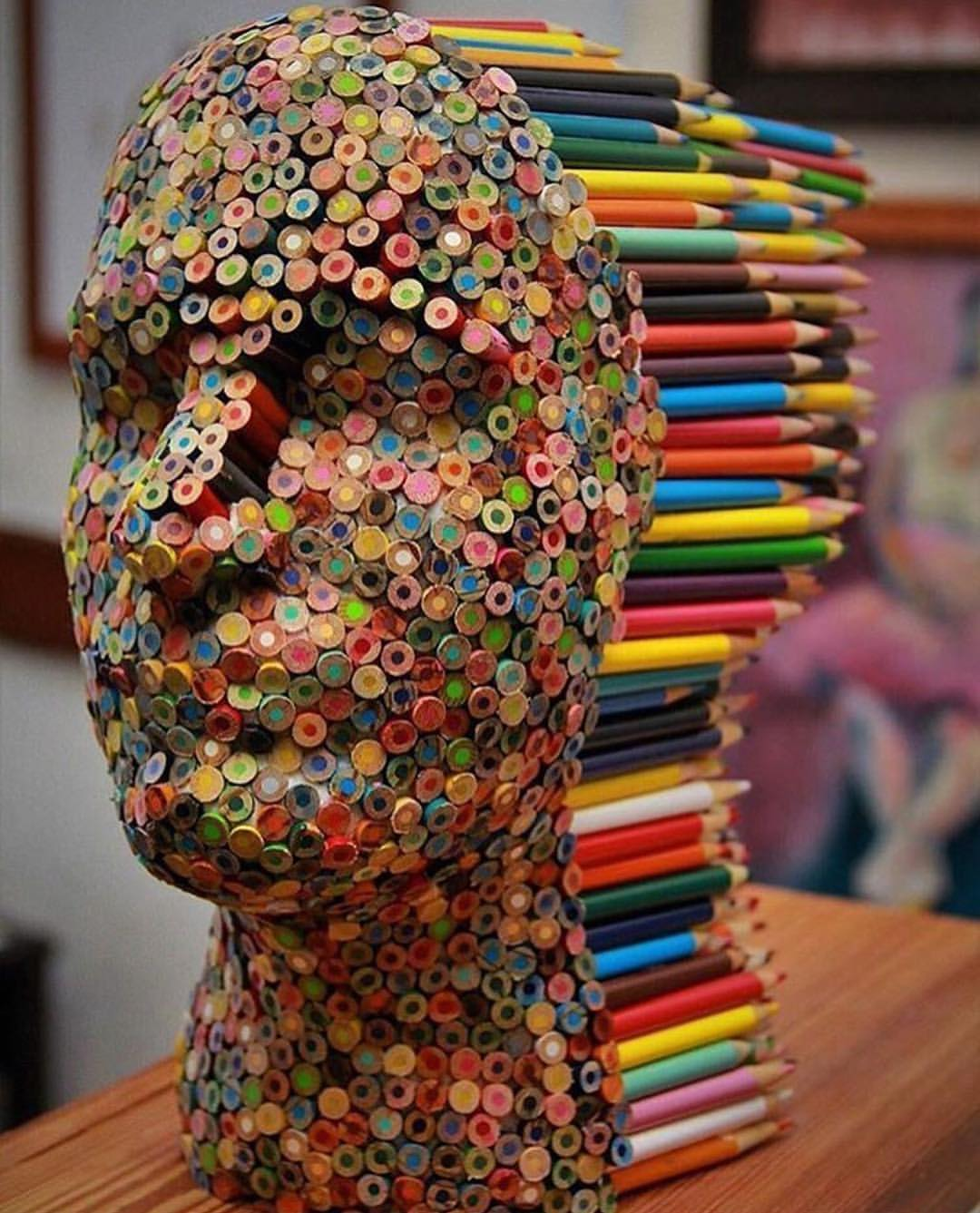 Mira esta escultura de un rostro hecho de l pices de colores for 3d art sculpture ideas