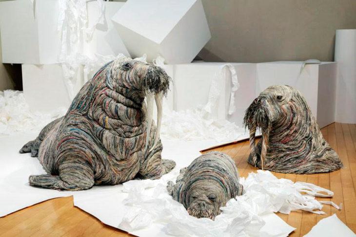 esculturas de papel periódico