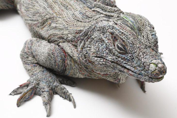 iguana hecha de noticias