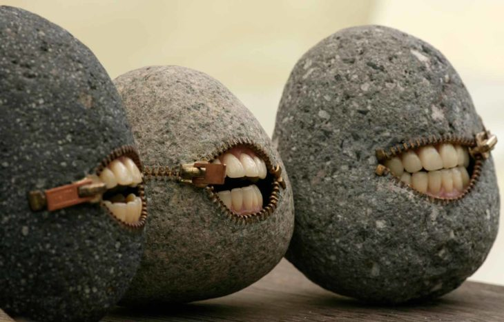 Piedras con dientes que parecen de un humano real