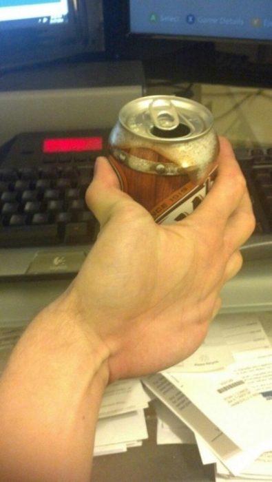 Una persona que puede agarrar las latas con su mano al revés