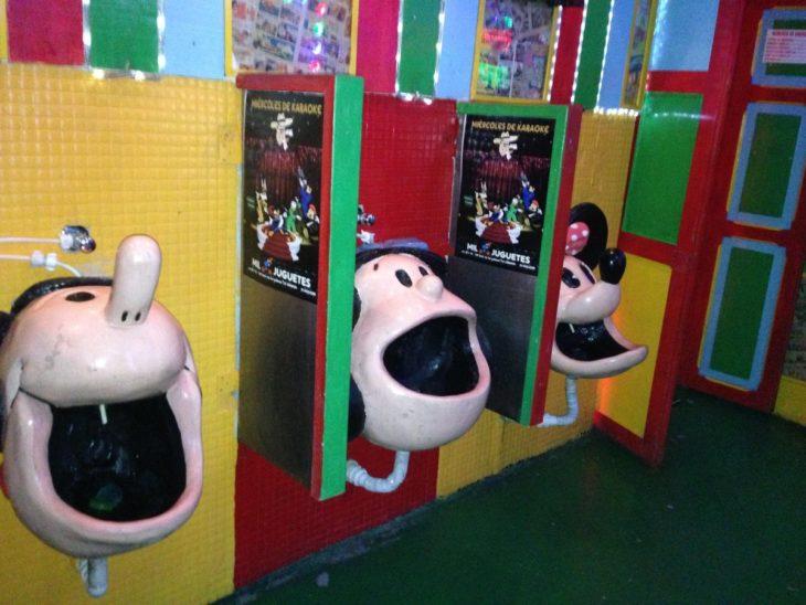Urinarios con rostros de caricaturas