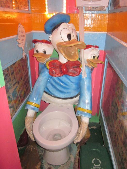 Tasa de baño abrazada por el pato donald