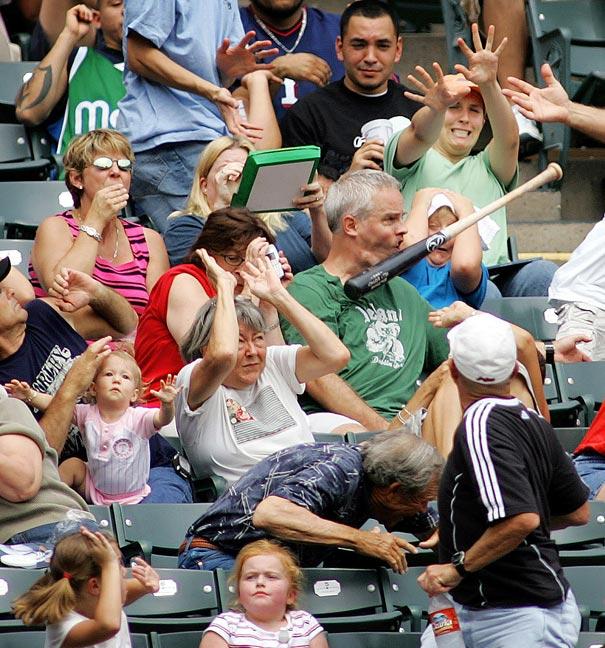 Foto de un bat golpeando a un aficionado