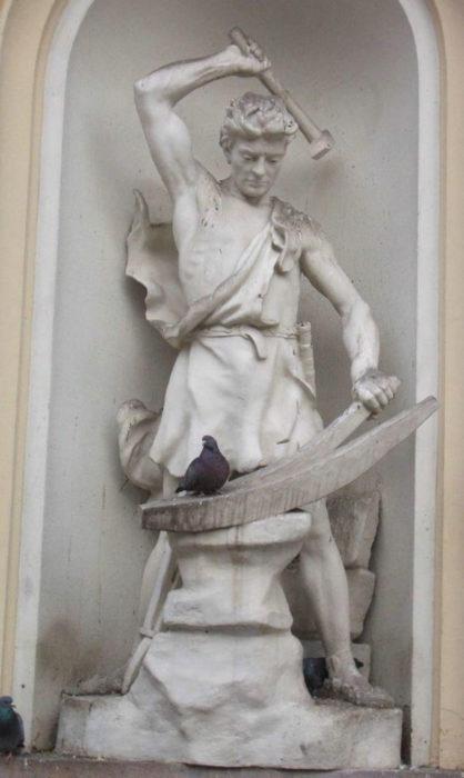 Foto escultura parece que va a matar a paloma