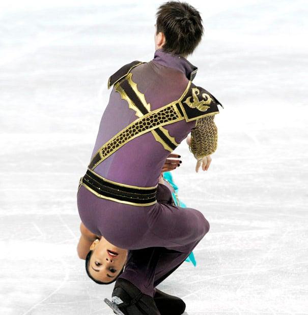 Foto patinaje artístico cara de mujer sale del trasero del hombre