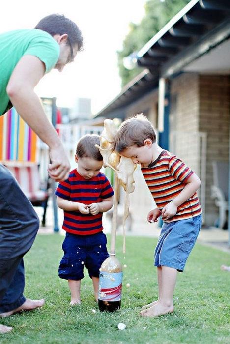 Foto niño le explota botella de refresco en la cara