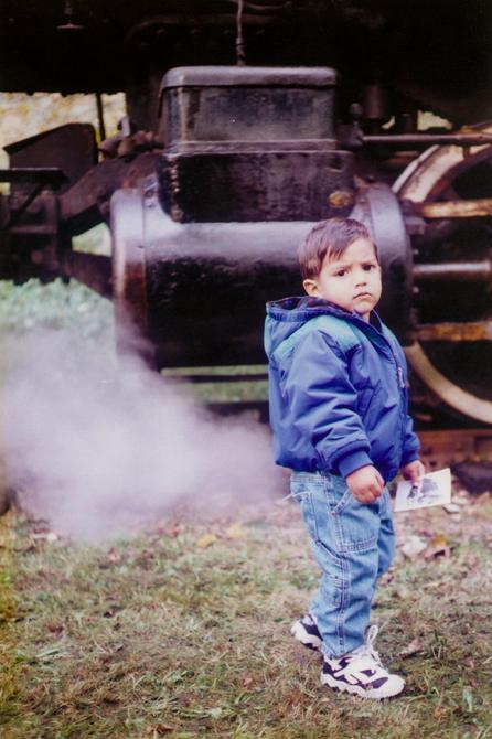 Foto de niño y atrás un humo gris