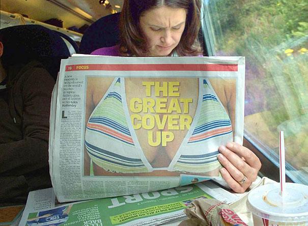 Mujer leyendo el periódico y en la portada sale una foto de pechos