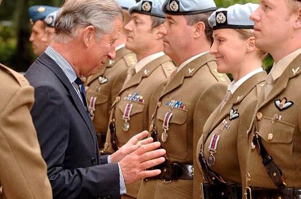 Príncipe Carlos haciendo un gesto de manos