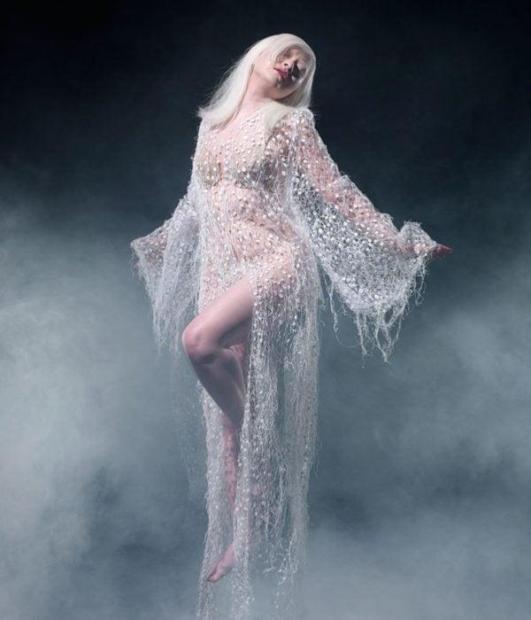 Mujer albina posando para la cámara