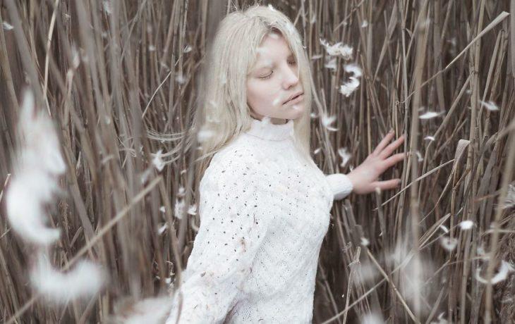 Mujer albina modelando