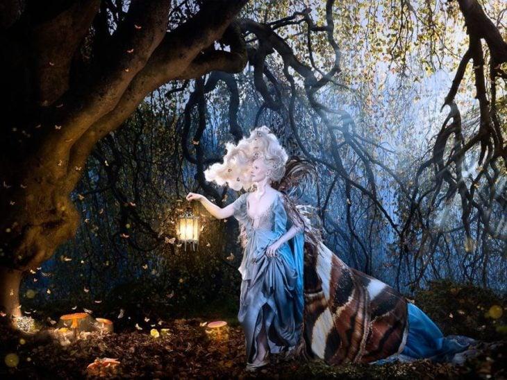 Modelo albina en el bosque