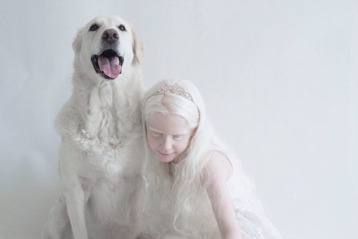 Niña albina con perrito blanco