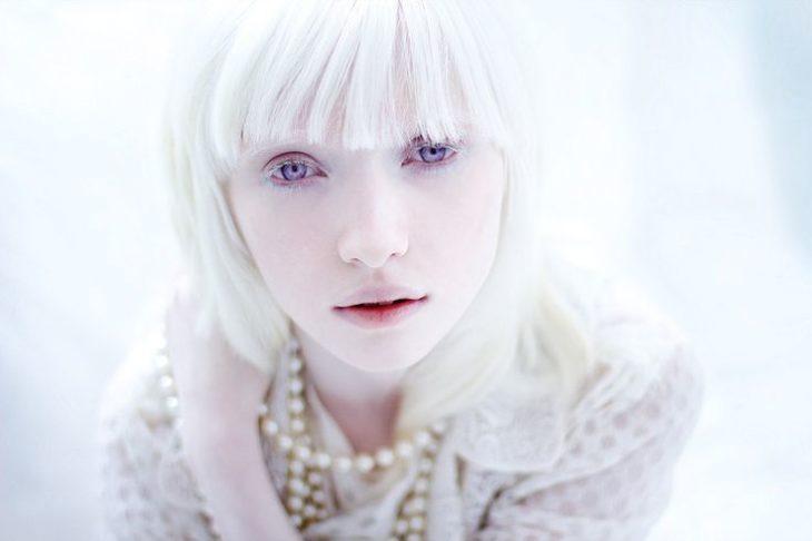 Chica albina copete