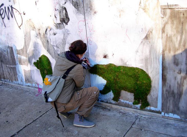 Un elefante pintado con musgo
