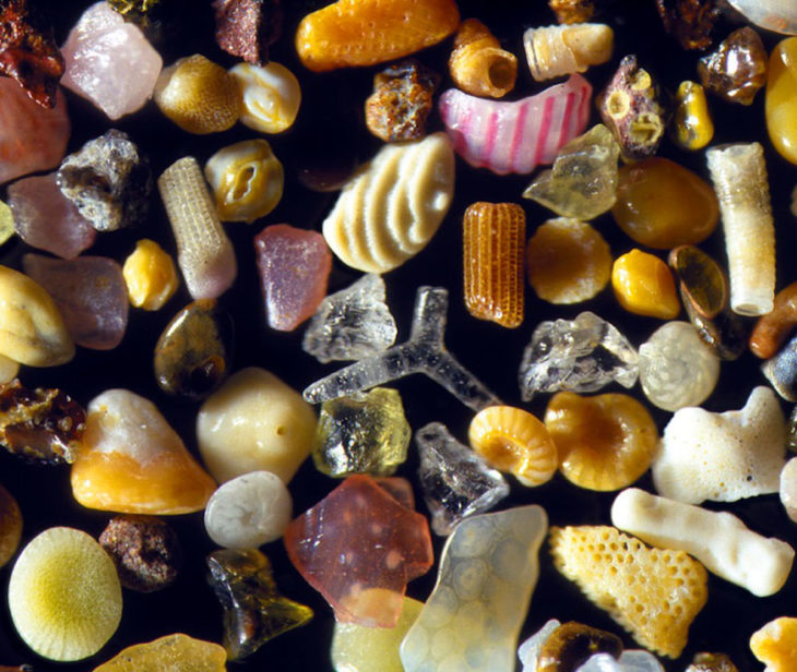 Pequeños granos de arena vistos con zoom
