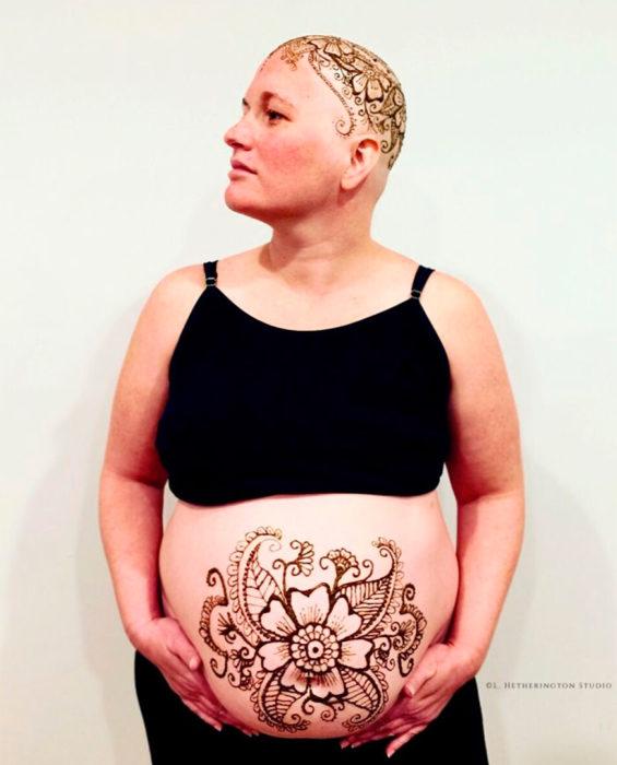 Mujer con tatuaje de henna en el vientre